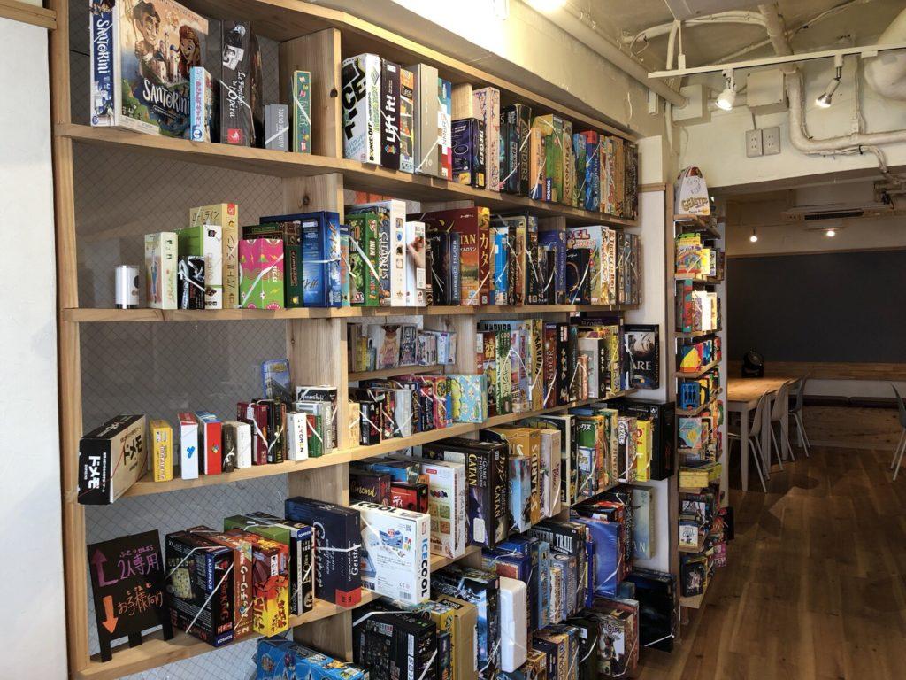 グーニーカフェのボードゲーム棚