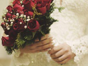 薔薇の花束を持つ女性