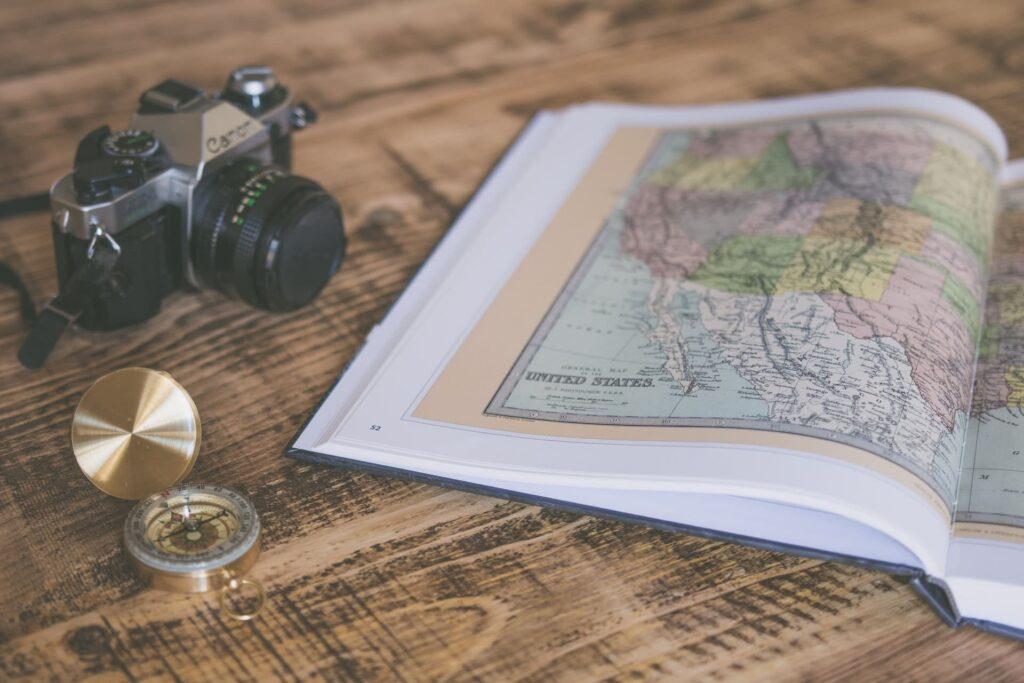 地図と方位磁石とカメラ
